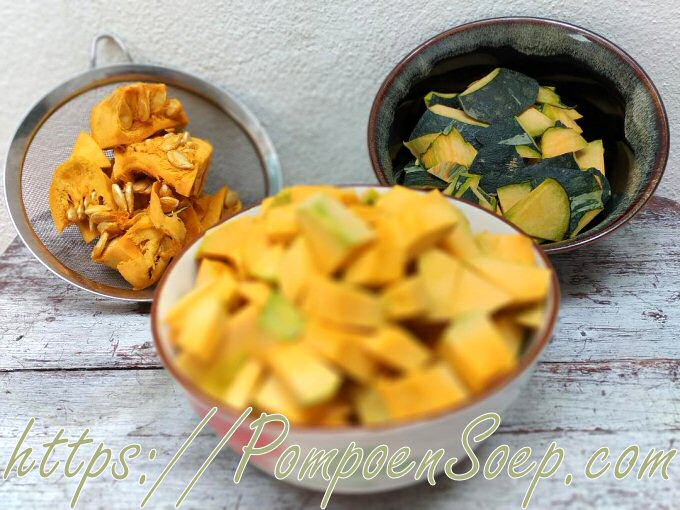 Gesneden kabocha pompoen: vruchtvlees, schil, zaden en draden